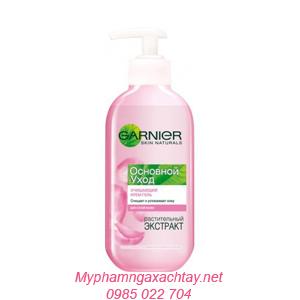 Gel rửa mặt Garnier Skin Naturals cho da khô nhạy cảm.
